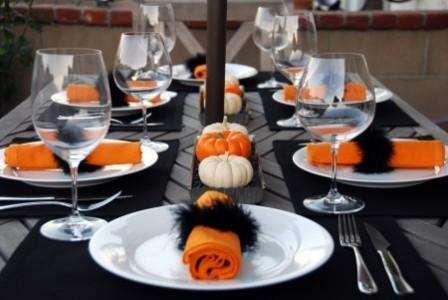 Возьмите апельсины, вырежьте ножом страшные мордочки, нос, глаза и рот, удалив мякоть
