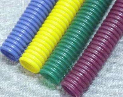 Шланги из пластика. Поливинилхлорид - современный материал, обладающий пластичностью, облегченным весом и прозрачностью. Такие шланги часто однослойные, поэтому не обладают достаточной прочностью.