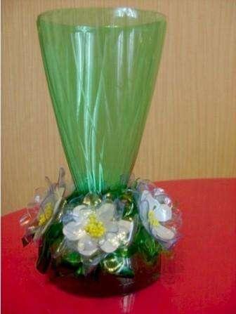 Сегодня можно найти много идей, как сделать вазу из пластиковых бутылок. Смотрите фото и вдохновляйтесь.