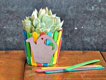 Не спешите выкидывать палочки от мороженного. Из них легко сделать деревянные поделки, которые потом можно разукрасить в любой цвет.