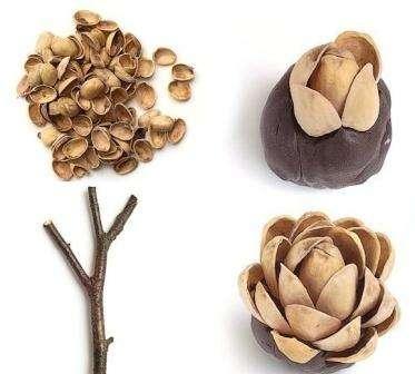 Возьмите комочек пластилина размерами с грецкий орех и скатайте его в шарик. После этого приступите к изготовлению частей дерева. Фисташковые скорлупки, воткнутые в скорлупу, будут имитировать крону деревьев.