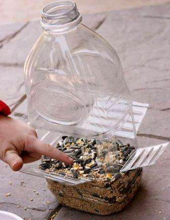 Отверстия должны находиться на одном уровне, чтобы корм не разлетался. Можете полностью не вырезать отрезать пластик, когда будете делать отверстия, тогда птицам будет удобно сидеть.