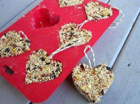 Приготовьте обычные формочки для печенья, уложите в них нить и залейте получившейся зерновой смесью