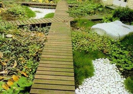 Отличным и очень популярным материалом для вашей садовой дорожки может стать обычное дерево