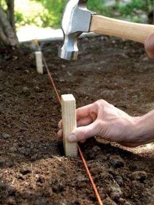 Размечаем дорожку вдоль сада, выкапываем траншею;