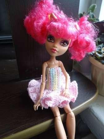 Вязаное платье будет смотреться на кукле стильно и очень красиво. Вы можете подобрать подходящий цвет ниток и связать несколько платьев по одной и той же схеме. Начинают вязание с 16 воздушных петель. Начиная со второй, провяжите 14 столбиков без накида.