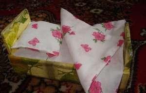 Сверху кроватку покройте лаком. Не забудьте пошить постельное белье для вашей куклы и уложить красавицу в кроватку.