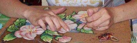 Когда освоите азы, можете начинать делать картину более высокой сложности. Для того чтобы нарисовать контуры можно вырезать красивую заготовку из салфеток, например, цветочные композиции. Перенесите их не на бумагу, а на ДСП и обведите контуры. После этого можете приступить к декорированию картины жгутиками.