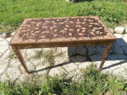 С помощью техники Пейп-Арт вы можете задекорировать любую поверхность. Даже старые предметы мебели превратятся в роскошные. Подарите вторую жизнь обеденному столу.