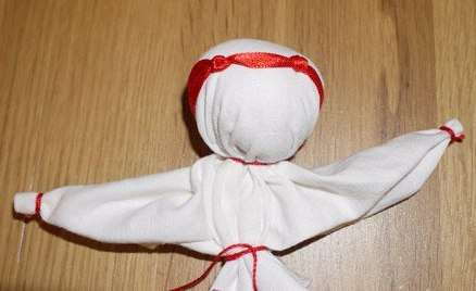 Потом необходимо на голову привязать ленту с узелками (в виде рожек)