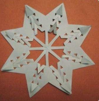 Не обязательно придумывать сложные узоры, которые потом невозможно вырезать обычными ножницами. Если вы хотите сделать в течение нескольких минут снежинку, выполните просто обычные надрезы.