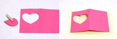 После этого острыми маленькими ножницами вам нужно будет вырезать сердечко на одной половине открытки. Затем возьмите лист красивой бумаги с любым рисунком и вырежьте из него квадрат такой, чтобы он был равен вырезанному отверстию. Данный квадрат приклеивают с внутренней стороны открытки