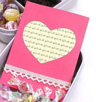 Вы можете взять кружево и приклеить его с лицевой стороны вашей открыточки для любимого человека. Задекорируйте поделку на свой вкус, а внутри напишите теплые слова.