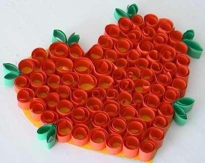 Для тех, кто хочет в короткое время сделать сердечко в технике квиллинг, рукодельницы облегчили задачу. Вы можете взять за основу сердце из цветного картона. После этого разрежьте бумагу на полоски шириной 1-2 см, потом накрутите спиральки с 2-3 витками