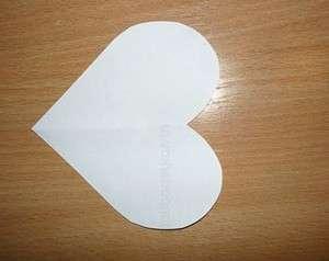 В первую очередь необходимо подготовить основу для вашей открытки. Для этого распечатайте шаблон в форме сердца из интернета или нарисуйте его самостоятельно. После этого шаблон нужно будет перенести на белый картон. От размера исходного шаблона будут зависеть размер готовой вашей поделки, поэтому учти это перед тем как делать заготовки. Открытки в виде сердечек могут быть одинарными и двойными, все зависит от вашей фантазии.