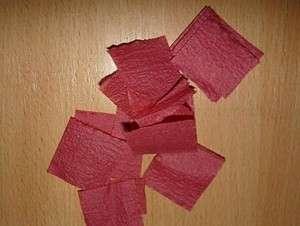 Теперь возьмите ваши салфетки, разделите их, если они двойные. Кроме салфеток для изготовления такой поделки можно использовать гофрированную бумагу или тишью. Нарежьте бумагу на квадратики со стороной 2 см. Их понадобится достаточно много, все зависит от размера поделки.