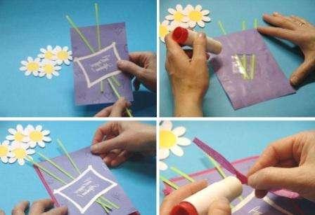 Силиконовыми штампами задекорируйте вашу открытку. Не забывайте покрывать блестками, которые хорошо прилепляются к клею. Из зеленого картона вырежьте три стебля и вставьте их в прорези. Для того чтобы цветы были устойчивыми, с изнаночной стороны их закрепляют скотчем.