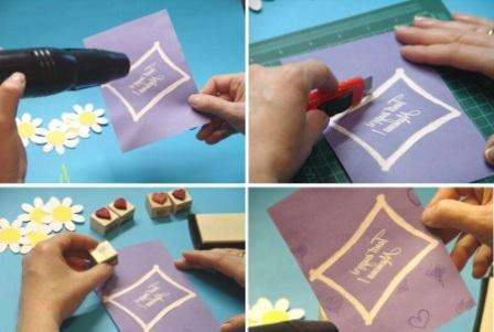 В качестве основы можете использовать картонный листок подходящего цвета. После этого смажьте листок клеем и присыпьте его блестками. Отдельно на нем можете нарисовать рамку красками или также выделить ее с помощью блесток. В верхней и нижней части рамки нужно будет сделать надрезы, чтобы вставить туда цветочки.