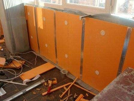 Пеноплэкс имеет довольно широкую область использования: начиная с теплоизоляции кровли, стен, цоколя и заканчивая фундаментом, полом в частном доме и иных сооружениях.