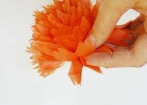 Закрепите с помощью нитки или проволоки цветок к колечку и потом используйте для украшения тряпичных салфеток на праздничном столе.