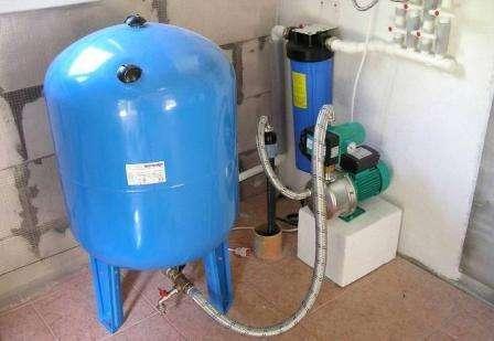 Защищает водопровод от резких перепадов водяного напора. В случае перепадов возникают сильные температурные колебания воды, если одновременно включают несколько кранов, например, на кухне и в ванной комнате. Гидроаккумулятору под силу справиться с такими вопросами.