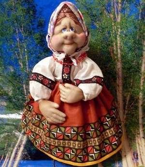 Если вы новичок в пошиве кукол, то начните именно с этой поделки. Преимущество пошива куклы бабушки в том, что она выполнена на каркасе из пластиковой бутылки.  Вам не нужно будет скручивать его из проволоки и обшивать с помощью синтепона.