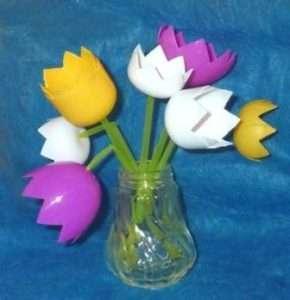 Весенний букетик тюльпанов вы можете сделать из пластиковых яиц из-под киндер-сюрприза. Если их нет, то возьмите бутылки из-под йогурта. Коктейльные трубочки зеленого цвета станут красивыми стебельками.