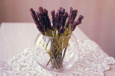 Цветы лаванды из бисера готовы к установке в вазе.