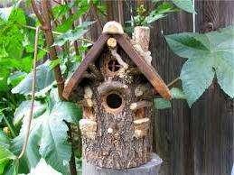 Если у вас нет деревянных досок, попробуйте изготовить скворечник в виде дуплянки из кусочка ствола дерева. Такой домик будет напоминать природное жилье птицам.
