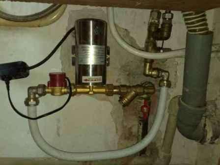 Рассмотрим более детально принцип работы насоса для повышения напора воды. Данное устройство применяется в том случае, когда в водопроводной системе есть вода, но уровень давления при этом настолько мал, что качественная работа водопровода просто невозможна