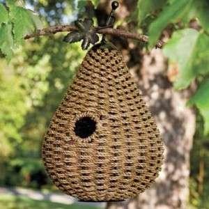 Любители и дизайнеры сегодня используют разные материалов для изготовления скворечников. Если вы любите плести из газетных трубочек, можете попробовать сделать домик для птичек. Оригинально смотрятся домики из лозы.