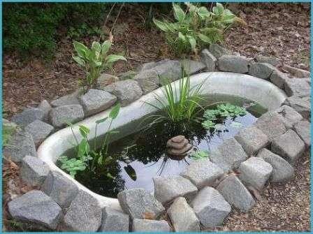Из старой ванны легко сделать маленький прудик для кувшинок и других растений. Водоем на участке станет настоящим украшением и привлечет разных птичек, поэтому по утрам вы сможете наслаждаться приятным щебетанием.