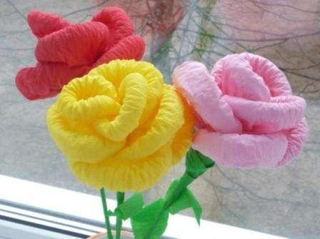 Еще один способ сделать розу из салфеток – накручивать на карандаш. Для этого подойдут любые салфетки, которые сначала нужно немного накрутить на каранда