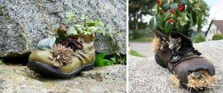 Обувь быстро отправляют в мусорный ящик, если она порвалась. Разукрасьте старые ботинки, сделайте в них специально большие дырки и посадите цветы. Маленькие фигурки животных превратят старый башмак в оригинальную поделку для дачи.