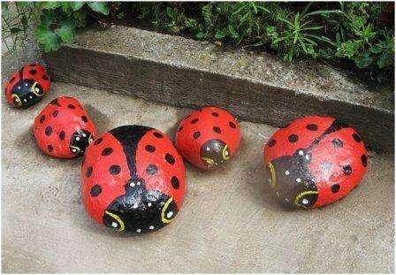 Гладкие камни – настоящая находка, ведь на их поверхности можно изобразить любого животного или насекомого. Возьмите краски и у вас получатся вот такие божьи коровки.