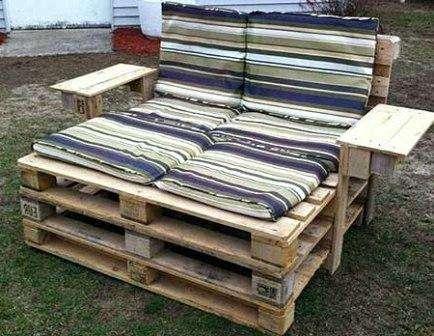 Деревянные паллеты тоже найдут применение на даче. Организуйте уникальный уголок для отдыха и наслаждайтесь природой на собственном участке.