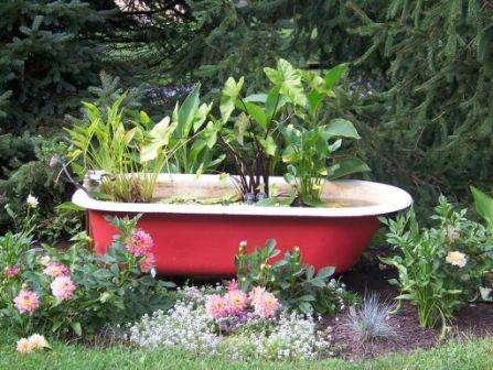 Не спешите выкидывать сантехнику, ведь раковины, ванну и даже унитаз можно превратить в цветущий цветник. Поверхность приборов покрасьте краской и задекорируйте. Останется только немного вкопать в землю и высадить в них цветы.