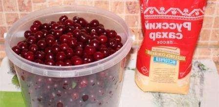 Самое сложное в приготовлении варенья из черешни – почистить ягоду от косточек. Если вы решили не делать этого, то процесс консервации у вас не затянется надолго, однако, варенье придется съесть до нового года.