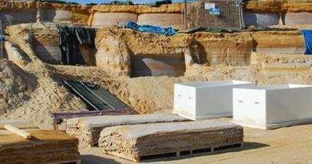Натуральный гибкий камень производится сразу в карьере, где добывают песчаник. Его срезают тонким слоем и сразу приклеивают на текстиль с помощью акрилового связующего. Такая технология получается дорогостоящей и