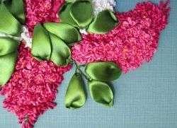 От выбора ленты для вышивания напрямую зависит внешний вид поделки. Ленточки сделаны из разных материалов, отличаются шириной и цветовой гаммой.
