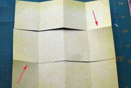 Теперь вам нужно сделать надрезы как на фото, оставляя неразрезанным квадрат с одной и другой стороны.