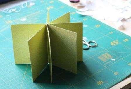 После этого можете приступить к подготовке обложки для вашего мини-альбома. Сделать ее можно из плотной бумаги или картон