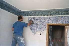 Наносят приготовленную из бумаги или покупную смесь жидких обоев на потолок при помощи шпателя или широкой терки.