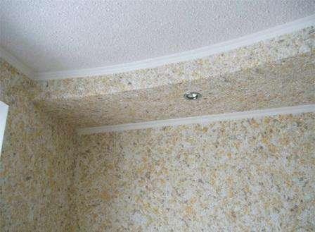 При желании в жидкие обои можете добавить блестки, цветные нити или другие декоративные материалы, чтобы отделка потолка обычной квартиры получилась о