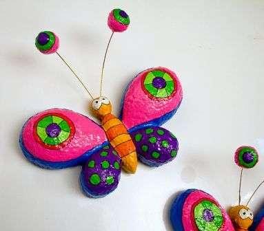 Забавные бабочки получаются из папье-маше. Когда у вас будет больше опыта, то не нужно будет пользоваться готовыми формами
