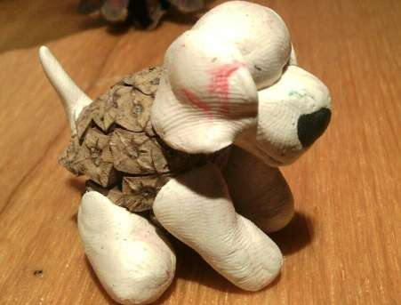 поделка собака из шишек