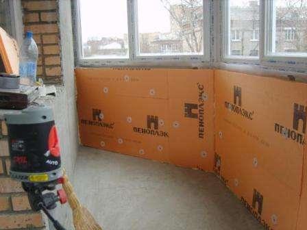Утепление пеноплексом позволяет защитить балкон от холода и сырости. Этот материал устойчив к механическому воздействию. Боковая часть может быть ребристой либо гладкой. Первый вариант позволяет эффективнее фиксировать плиты между собой.