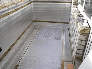 Шаг 5. Утепление стен, потолка производится из аналогичных материалов, что и утепление половой поверхности. Пеной заполняются все щели