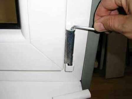 Для регулировки касания с откидной и с поворотной створкой используется петля вверху. Болт размещён на ножницах около верхней петли. Открывается оконная створка. Нажимается специальный блокиратор. Ручку нужно поставить на проветривани