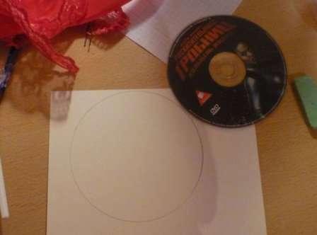 Возьмите циркуль или старый CD диск и обведите его карандашом на картоне, должен получиться круг. После этого вам нужно аккуратно